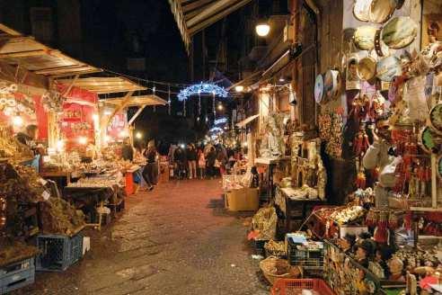 Via-San-Gregorio-Armeno-nel-periodo-natalizio-3